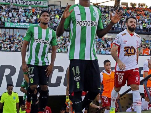 Víctor Ibarbo contra Huracán. (Foto: @BlogVerdolaga)
